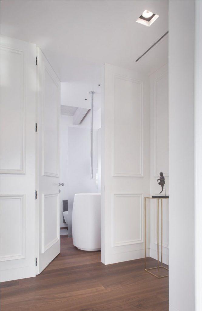 Holzvertäfelungen mit wandbündigen Türen