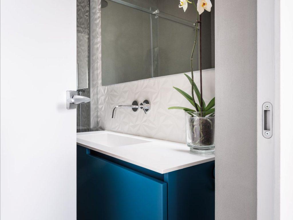 Eindrucksvolle Lichtspiele: Das Oberlicht im Bad verstärkt den 3D-Effekt der edlen Feinsteinzeugfliesen.