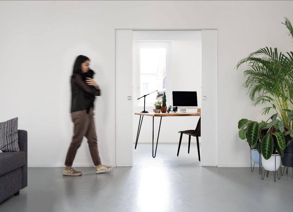 Aus eins mach zwei: Mit der Schiebetür-Lösung von ECLISSE lässt sich der Wohnbereich sehr flexibel vom Homeoffice abtrennen.