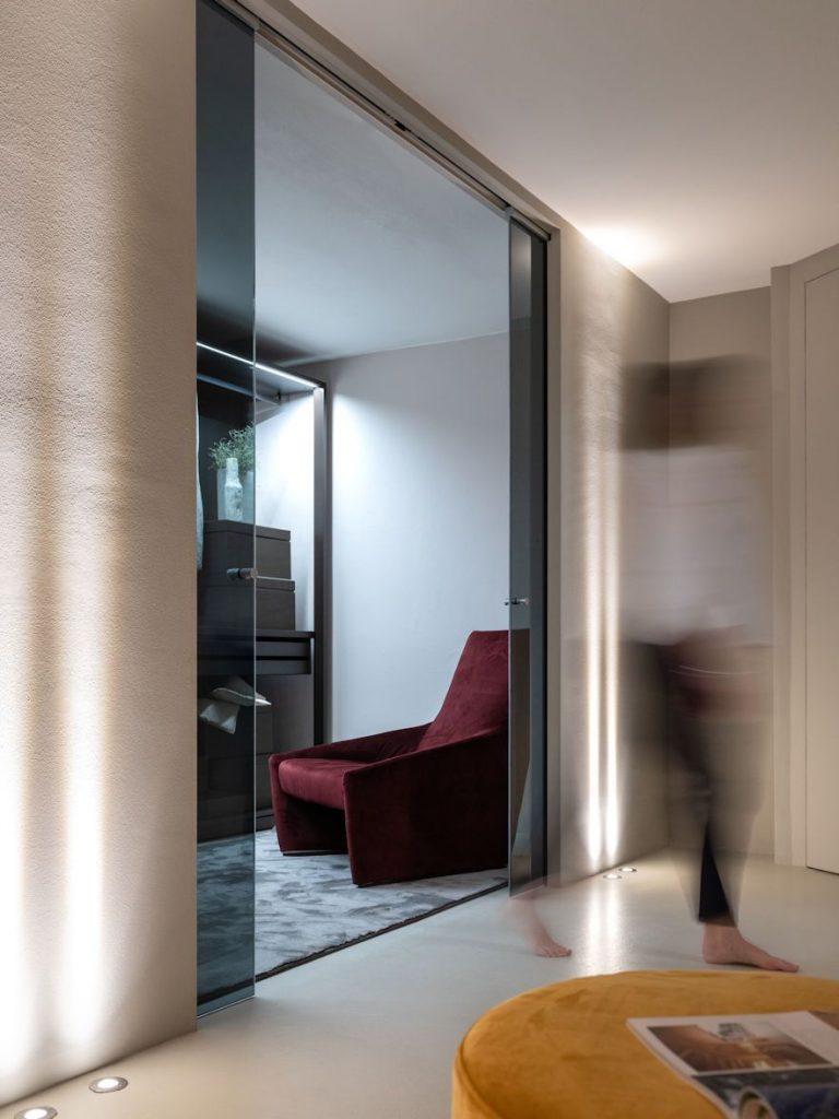 Der ECLISSE Raumtrenner aus Glas sieht nicht nur chic aus, sondern gliedert Schlafzimmer und Ankleide flexibel in zwei Bereiche.